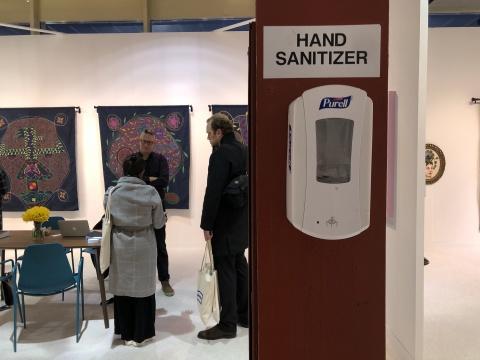 展场中随处可见的消毒洗手液