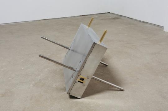 《翻跟头的房子》66×43×11cm 铝合金、黄铜 2020