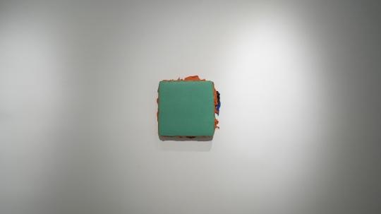 马树青 《无题20—3》 40×40cm 丙烯木板、综合媒介 2019-2020 现场图