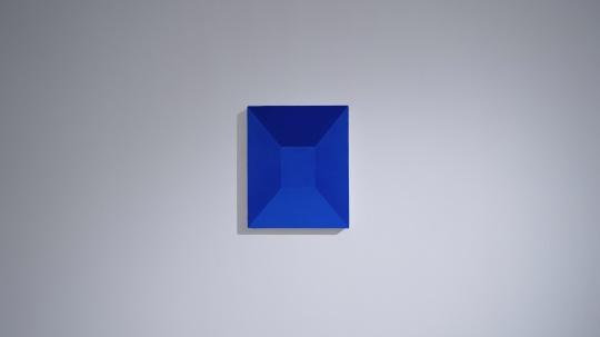 马树青 《蓝色空间1》46×38cm 矿物色粉、丙烯媒介布面 2020 现场图