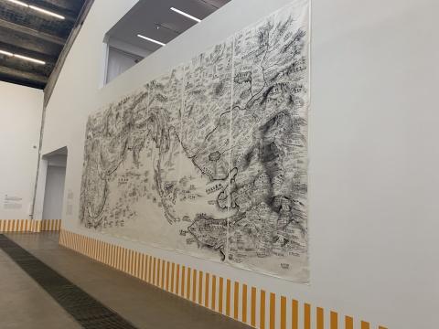 邱志杰《阿拉伯地图》展览现场,画面下橙色的条纹是丹尼尔·布伦作品
