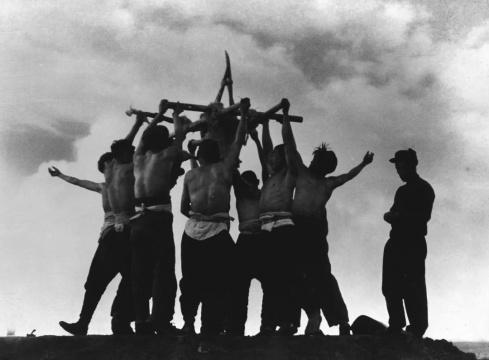 张印泉 《严寒中的青年突击队》 摄影 1958