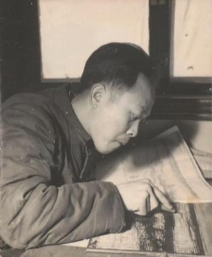 古元在创作木刻《拉网》 1957