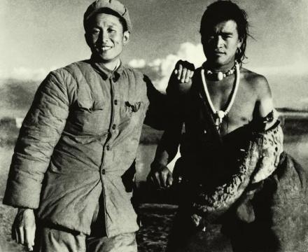 董希文在西藏和藏民在一起 1961