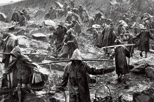 陈勃 《雨越大,干劲越足》 摄影 1958