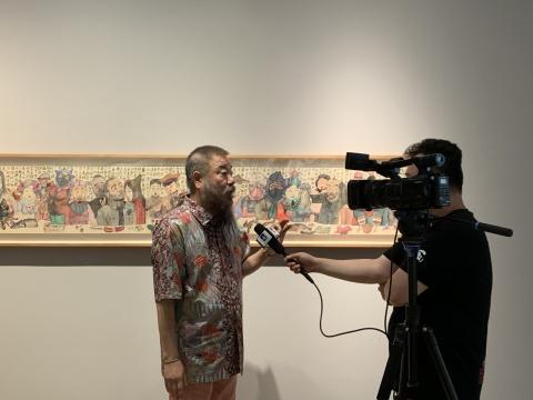 艺术家李津在展览现场