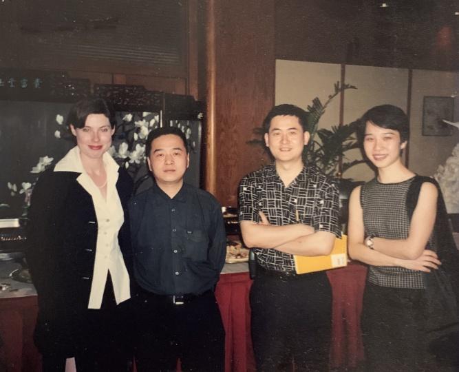Laura与艺术家曾梵志(右二)和魏光庆(左二)