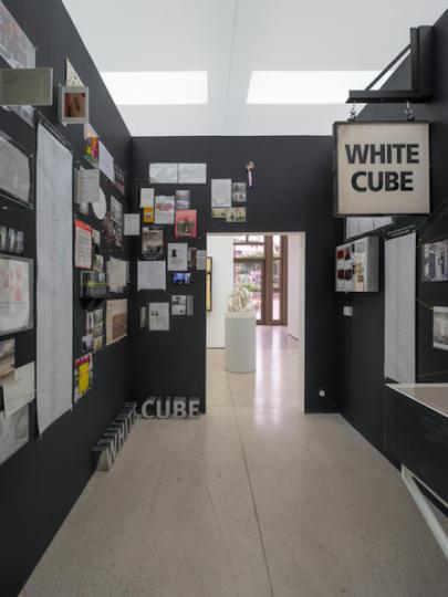 """2018年7月18日-8月25日,白立方香港空间带来展览""""温故而知新:作品与文献回顾(Remembering Tomorrow: Artworks and Archives)"""",展示了36件之前从未公开过的材料组成的作品,来探索记忆与时间,神话和社会历史的关系。这也是白立方第一次在香港的空间举办群展。Photo © White Cube (Kitmin Lee)"""