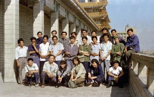 1980年第二届星星美展参展艺术家合影(后排左一为周迈由)