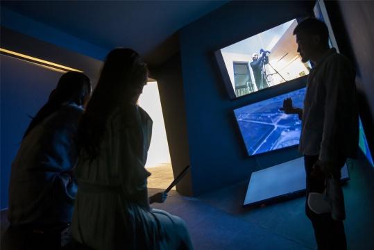 欧阳昆仑的房间,呈现的是李明的影像作品《反馈,上》