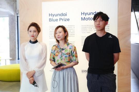 """现代汽车文化中心艺术总监徐静(左)与Hyundai Blue Prize 2019""""创意能量""""获奖者陈旻(中)与张业鸿(右)"""