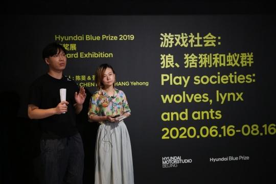 """Hyundai Blue Prize 2019""""创意能量""""获奖者陈旻(右)与张业鸿(左)在导览现场"""