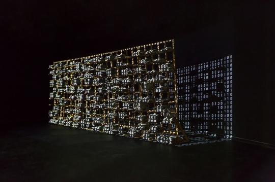 周林玮《大算墙》500×200×20cm 中国瓦、植物根茎 2020