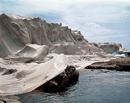 《包裹海岸》澳大利亚小湾1968-69摄影:Shunk-Kender© 1969Christo  9万多平方米的抗侵蚀织物和约56公里长的绳索包裹住了澳大利亚2.4公里长的海岸线。