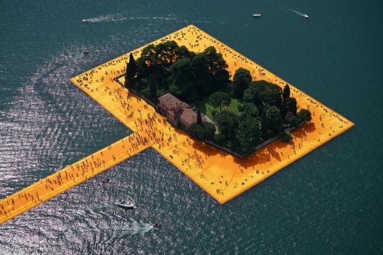 《漂浮码头》意大利伊塞奥湖2014-16摄影:Wolfgang Volz© 2016 Christo  漂浮码头系统包含3公里的步行道路和10万平方米的黄色覆盖,由22万块高密度聚乙烯立方体支撑。