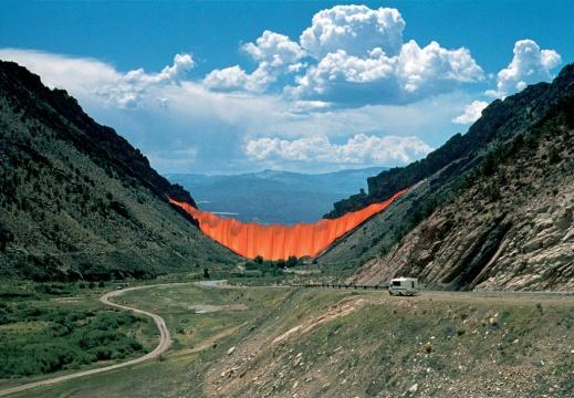 《峡谷帷幕》美国科罗拉多1970-72摄影:Wolfgang Volz©1972 Christo 《峡谷帷幕》于1972年安装在科罗拉多州的两个山坡之间,橙色帷幕面积达18600平方米,在空旷的山谷间显得热烈而壮美。整个工程历时28个月,但在项目完成的仅28小时后,一场大风迫使作品被拆除。