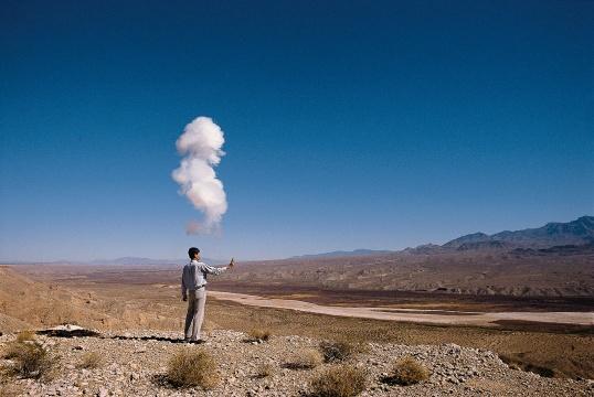 蔡国强 爆破计划《有蘑菇云的世纪:为二十世纪作的计划》美国内华达核试验基地1996 摄影:HIRO IHARA ©️CAI STUDIO