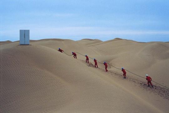 赵赵 《塔克拉玛干计划》  2015年10月,赵赵和30余人的工作团队从北京出发,带着100公里长的四芯电缆和一台冰箱,行驶至塔克拉玛干沙漠北端的小镇轮台,在镇上接通电源,并在沙漠中铺设100公里的电缆,电缆尽头,一台装满新疆啤酒的双开门冰箱接通电源,在空旷无人的沙漠腹地运行了24小时。