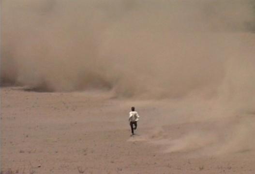弗朗西斯·埃利斯 《龙卷风》(视频截图)5.1环绕声道 39分钟 与朱利安·德沃和拉斐尔·奥尔特加合作 2000-2010 图片致谢:上海外滩美术馆 在2000年至2010年的10年里,弗朗西斯·埃利斯手持摄像机在墨西哥高地不断等待,一次又一次地闯入龙卷风风眼