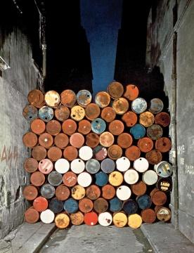 《铁幕,油漆桶墙》法国巴黎威斯康提街1961-62摄影:Jean-Dominique Lajoux©1962 Christo