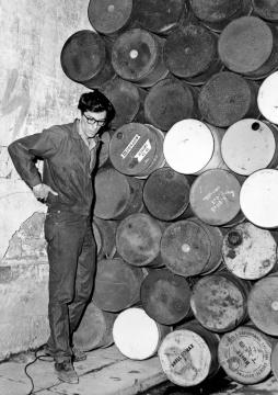 克里斯托在铁幕前1962年6月27日摄影:Shunk-Kender©1962 Christo