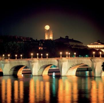 《包裹新桥》法国巴黎1975-85摄影:Wolfgang Volz©1985Christo  巴黎是克里斯托和妻子让娜·克劳德相遇的地方,在二人共同包裹新桥的35年之后,克里斯托原计划于2020年包裹凯旋门(后由于疫情原因推迟至2021年),但艺术家的离世让这个项目永远处在了停摆状态。