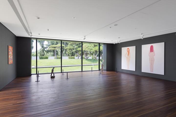 松美术馆的阳光房,展出星空间艺术家张晖的绘画作品和CLC画廊艺术家汉克·维奇的雕塑作品 (摄影:董林)