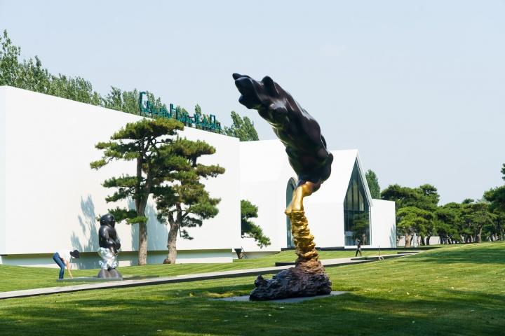 亚洲艺术中心李真 《日藏·月风》 356×77.5×325cm铜雕2016