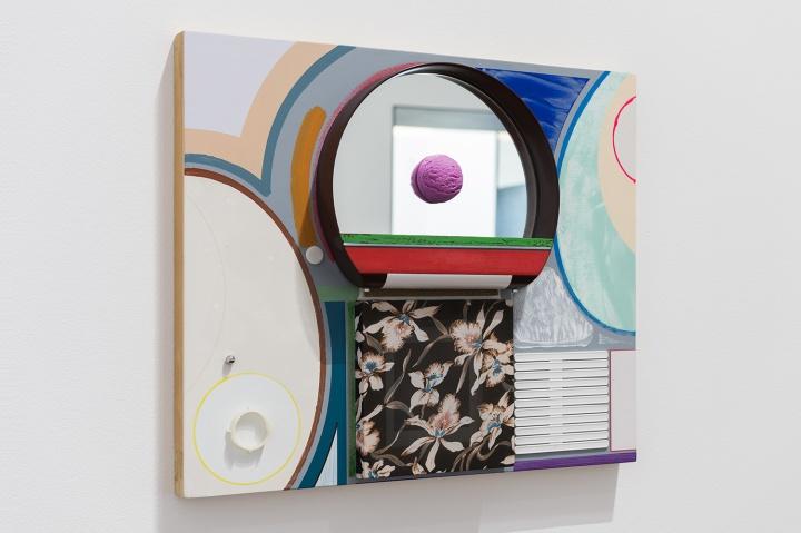 高露迪《现实No.27》 50×60cm 木板上丙烯、油彩、水彩、金属、塑料、毛毡、镜子、胶带、纱 2020 (摄影:董林)