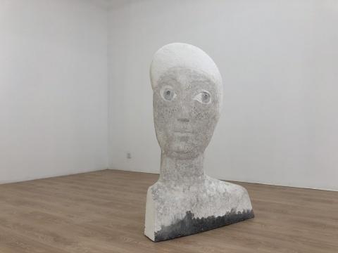 """新氧艺O2art艺术空间""""穿过目光拥有你""""王伟个展现场 当观众步入空间,那些或立于展厅、或置于墙面,或贴近墙角的以人物形象为载体的雕塑,眼神坚定,仿佛看穿了一切。"""