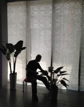 艺术家任芷田2012年正在创作《精致的伤害》