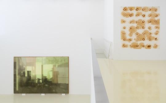 """展览现场,右侧作品为张羽日复一日""""上茶""""后,最终留在宣纸上的痕迹"""