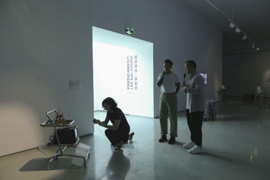 艺术家李继忠和策展人杨鉴在导览中