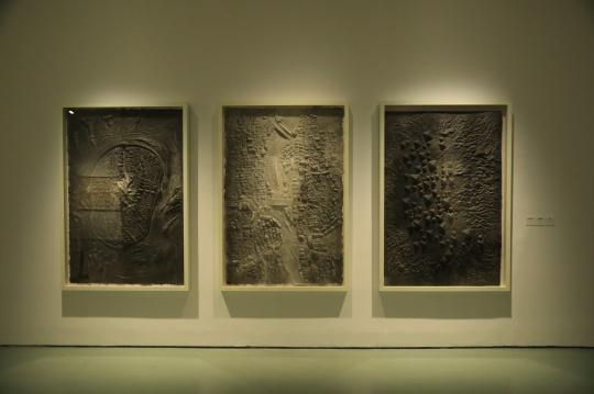 邱志杰 《卧虎藏龙》《群雄》《于无声处听惊雷》180×120cm×3 纸雕 2015
