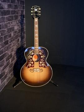 如同乡村酒吧的表演现场,吉他是鲍勃·迪伦特地借展而来