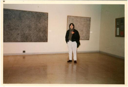 丁乙在自己参展'96上海(美术)双年展的作品《十示》前的照片,1996年。丁乙供图。