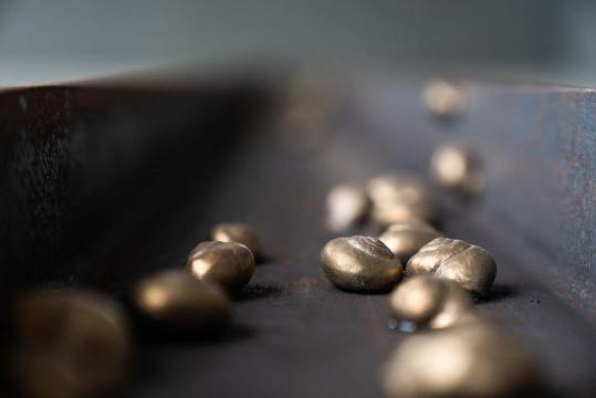 乔瓦尼·欧祖拉 《蜗牛-你的嘴唇让我紧张》 213x13.7×5.5 cm 青铜、铁 2017