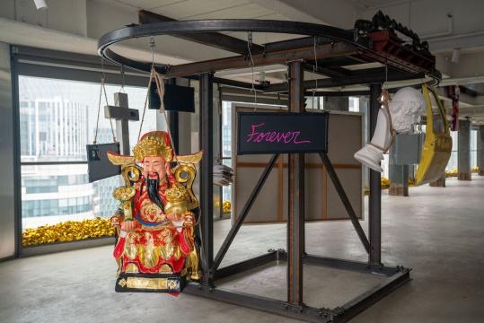 颜磊 《空想 3.0》 185×335×220 cm金属、电机、亚克力 2019