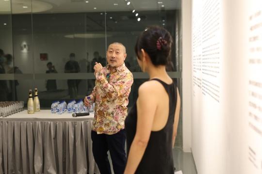 艺术家张弓与金杜艺术中心总监张宇凌