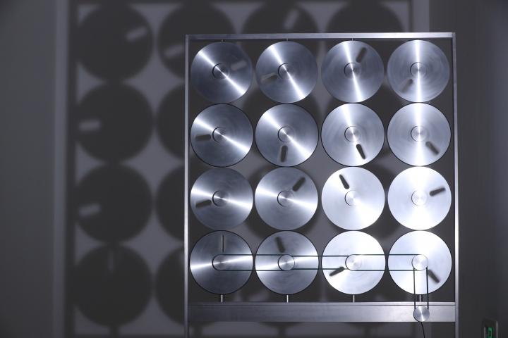 开盘录音机在上世纪八九十年代常用于声音的录制、采集和播放,艺术家搜集开盘磁带后令其旋转,看似无序混乱,但磁带在墙上的投影好像是经过设计的图案。  《开盘磁带》1.8×1×0.6m铝制框架、铝制圆盘、轴承、电机、传送带、聚光灯、支架2005
