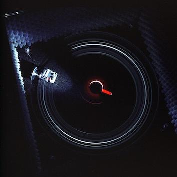 """艺术家设置了一个全黑空间,观众进入后便进入""""失明""""状态,空间内的四个角都有发声器,观众只闻其声,却无法判断声音到底从哪里发出,只能靠在黑暗的角落侧耳细听音乐盒中的声音,真正做到了""""闭上眼睛,打开耳朵""""。《音乐盒》 尺寸可变中密度板箱、玻璃罩、机械音乐盒、减速齿轮电机,麦克风、光感装置、四声道声音系统、隔音棉、地毯 2004"""