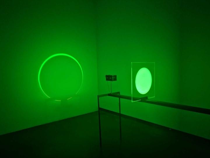 """展览中并不多件的""""彩色作品""""《混色器》2.1×1.4×0.5m编程LED投影、粉末涂层钢体、喷砂玻璃 2016"""