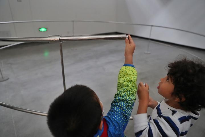 艺术家用钢管创造了一个螺旋的通道,当观众从小方盒子里拿出小钢珠放入钢管时,钢珠会经过长长的螺旋轨道,最后又重新落回小方盒子。在整个钢球运行的过程中,观众可以听到钢球和管道摩擦产生的清晰声音。《气旋》 5×5×1m不锈钢管、不锈钢支架、钢球、木盒 2014