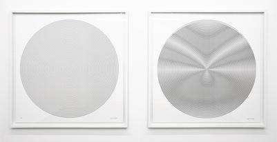《线条与圆》 1.3×1.3m/每件 丝网印系列、泡沫板装裱 2007 《线条与圆》是艺术家对欧普艺术的探索,观众在靠近作品的过程中画面中的线条仿佛动了起来