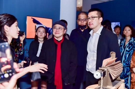 艺术家叶锦添、策展人卢征远在展览现场