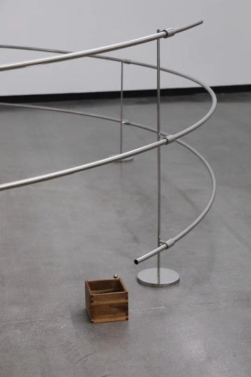 《气旋》 5×5×1m不锈钢管、不锈钢支架、钢球、木盒 2014