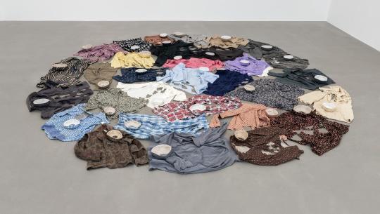 《疏离之物》约32件衣服,每件尺寸从60×60cm到80×80cm不等 旧衣物、棉线、布 2015-2018