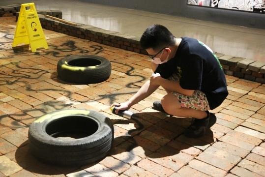 艺术家陈轩荣和现场装置