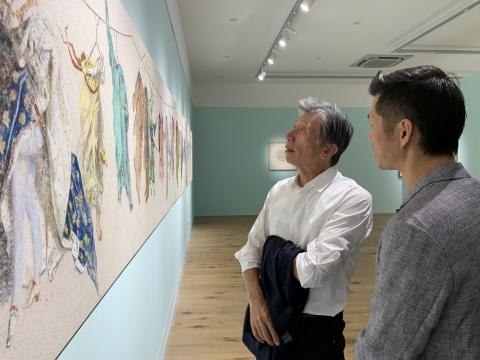 艺术家黄勇向范迪安院长介绍作品