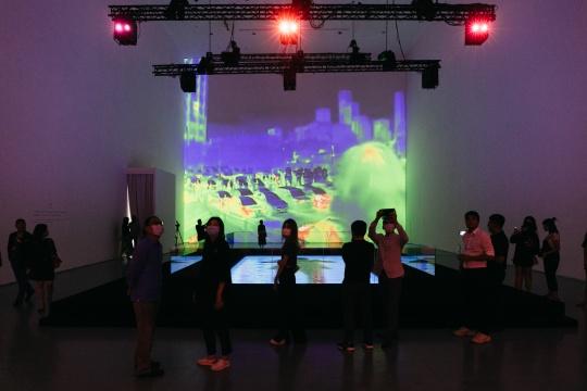 一号馆大展厅呈现了《如影》和《降临》两件作品